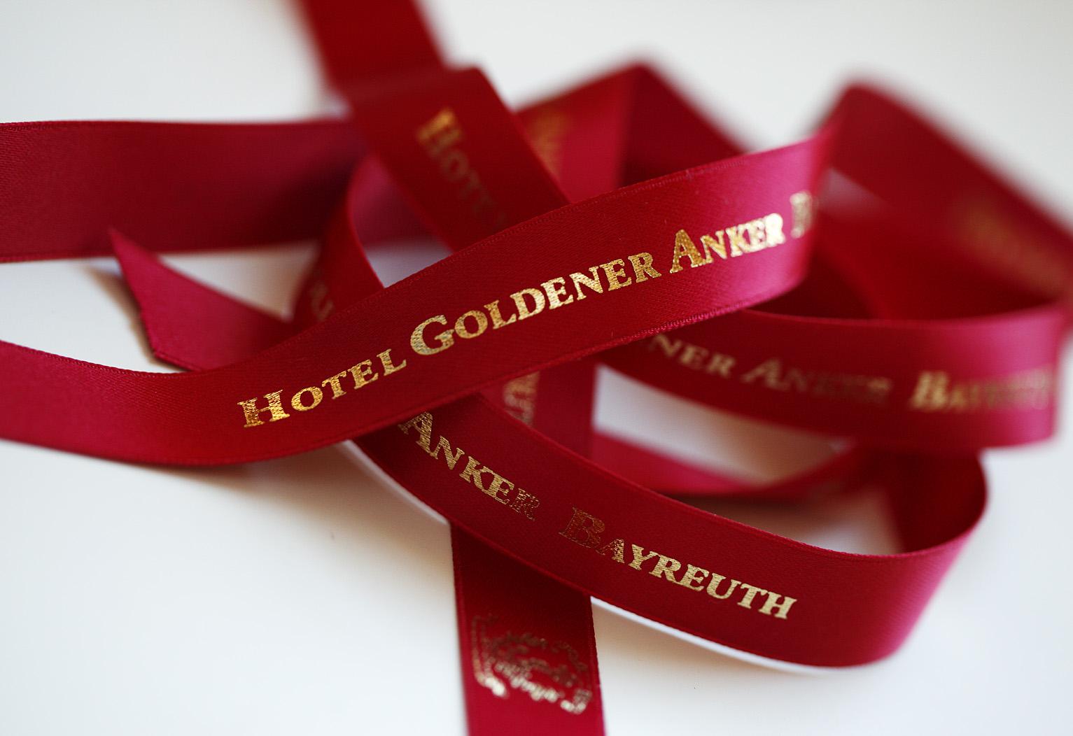 Rote Geschenkbänder des Ankers