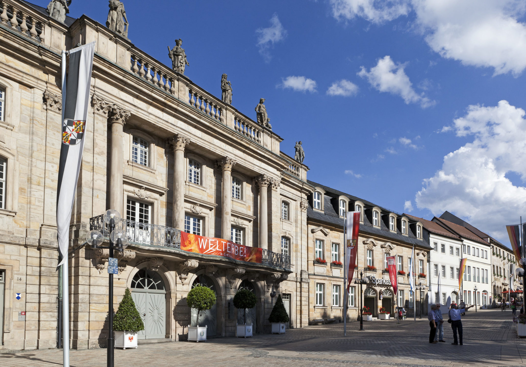 Bayreuther Opernhaus mit dem Goldenen Anker als Nachbar
